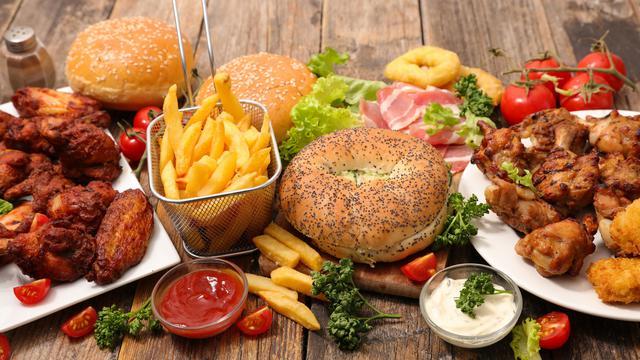 comida chatarra toxica, cargada de grasas saturadas, colesterol y altamente procesada