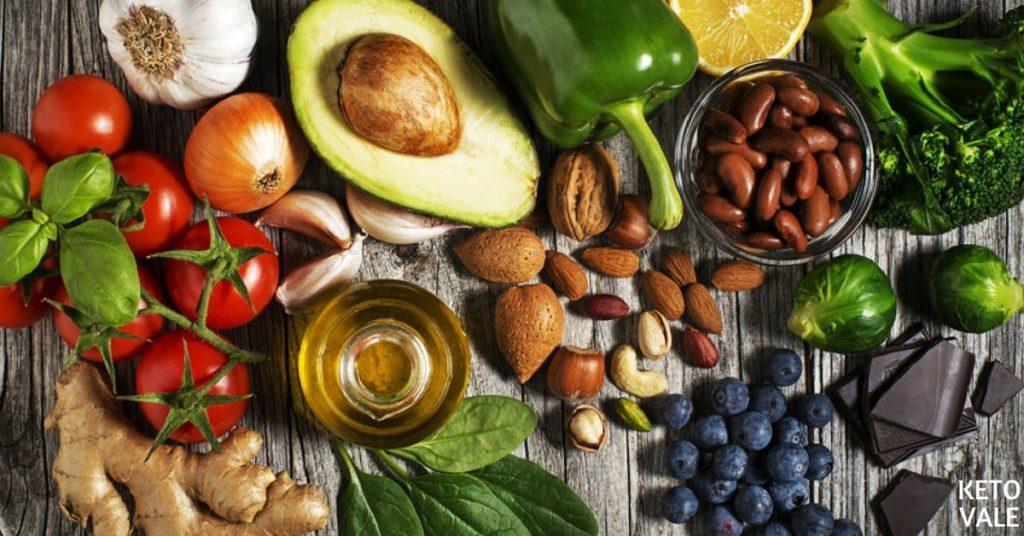 Imagen en la que se ven alimentos low carb aptos para una dieta cetogénica vegana, son fuentes de proteína vegetal y grasas saludables.